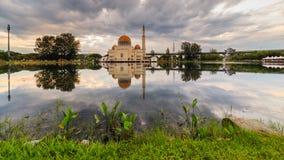 Nascer do sol na mesquita de flutuação fotografia de stock