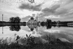 Nascer do sol na mesquita de flutuação imagem de stock royalty free