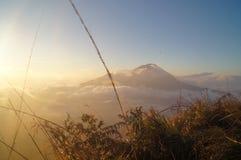 Nascer do sol na montanha imagens de stock