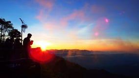 Nascer do sol na montanha com turistas Imagens de Stock Royalty Free