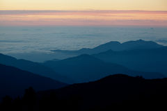 Nascer do sol na montanha NEPAL dos Himalayas Imagem de Stock