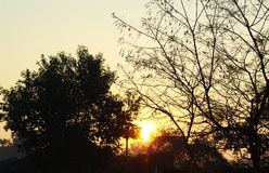 Nascer do sol na paisagem da opinião da manhã da vila fotos de stock royalty free