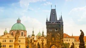 Nascer do sol na ponte de Charles em Praga Imagens de Stock Royalty Free