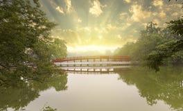 Nascer do sol na ponte vermelha famosa em Hanoi imagem de stock royalty free