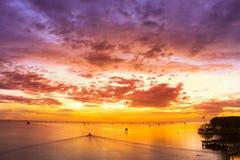 Nascer do sol na praia com céu bonito imagem de stock royalty free