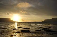 Nascer do sol na praia com montanhas - Timelapse 10sek video estoque