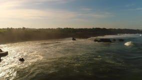 Nascer do sol na praia com vista para o mar e as ondas enormes filme