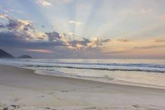 Nascer do sol na praia de Copacabana fotografia de stock
