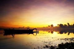 Nascer do sol na praia de Karang foto de stock
