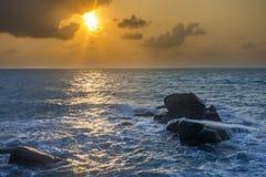 Nascer do sol na praia de Lamai fotos de stock