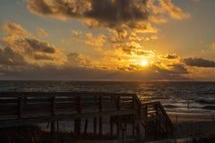 Nascer do sol na praia de Litchfield, South Carolina imagem de stock royalty free
