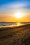 Nascer do sol na praia de Mae Phim, Rayong, Tailândia Imagem de Stock Royalty Free