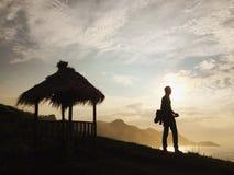 Nascer do sol na praia de Menganti, Indonésia foto de stock royalty free
