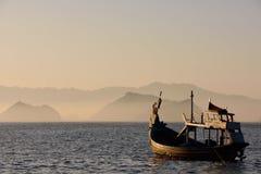Nascer do sol na praia de Papuma, Indonésia Imagens de Stock Royalty Free
