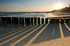 Nascer do sol na praia de Ustronie Morskie fotografia de stock