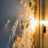 Nascer do sol na praia de Zanzibar foto de stock