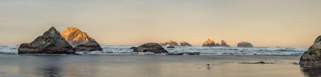 Nascer do sol na praia do oceano com penhascos Imagens de Stock Royalty Free