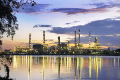 Nascer do sol na refinaria Imagens de Stock