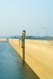 Nascer do sol na represa de Khun Dan Prakarnchon em Tailândia Fotos de Stock Royalty Free