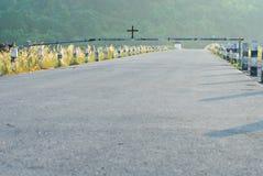 Nascer do sol na represa de Khun Dan Prakarnchon em Tailândia imagem de stock