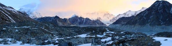 Nascer do sol nas montanhas Cho Oyu, Himalayas Foto de Stock