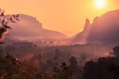 Nascer do sol nas montanhas, nascer do sol, nascer do sol colorido, sol no Fotografia de Stock Royalty Free
