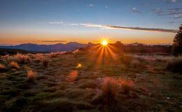 Nascer do sol nas montanhas, Nelson Area, Nova Zelândia foto de stock
