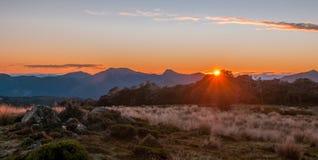 Nascer do sol nas montanhas, Nelson Area, Nova Zelândia fotografia de stock