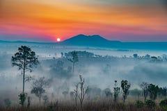 Nascer do sol nas montanhas fotografia de stock royalty free