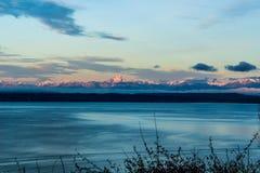 Nascer do sol nas montanhas olímpicas através de Puget Sound na magnólia imagem de stock royalty free