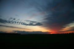 Nascer do sol natural Sun do por do sol sobre a skyline, horizonte Cores mornas Imagem de Stock Royalty Free