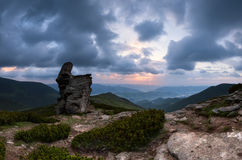 Nascer do sol nebuloso da montanha fotografia de stock