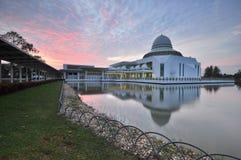 Nascer do sol nebuloso dramático sobre a mesquita de flutuação branca Imagens de Stock Royalty Free