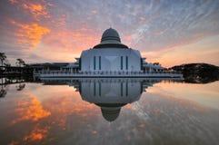 Nascer do sol nebuloso dramático sobre a mesquita de flutuação branca Fotografia de Stock Royalty Free