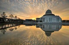 Nascer do sol nebuloso dramático sobre a mesquita de flutuação branca Fotos de Stock Royalty Free