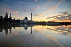 Nascer do sol nebuloso dramático sobre a mesquita de flutuação branca Fotografia de Stock