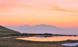 Nascer do sol nebuloso na paisagem da montanha foto de stock royalty free