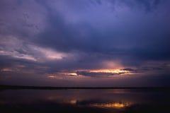 Nascer do sol nebuloso no lago da pesca Foto de Stock