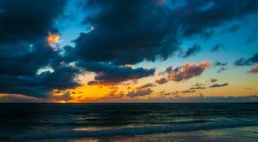 Nascer do sol nebuloso sobre o mar das caraíbas imagem de stock
