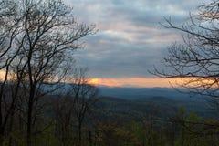 Nascer do sol nebuloso sobre Ridge Mountains azul com os raios do sol que picam completamente fotografia de stock royalty free