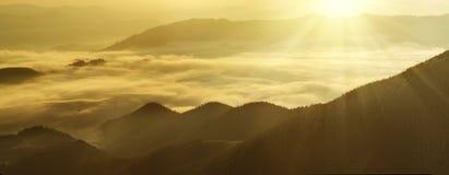 Nascer do sol nevoento da montanha foto de stock