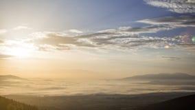 Nascer do sol nevoento do campo e das nuvens video estoque