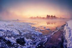 Nascer do sol nevoento do inverno fotografia de stock royalty free
