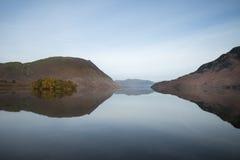 Nascer do sol nevoento do inverno impressionante na água de Crummock no distrito do lago fotografia de stock royalty free