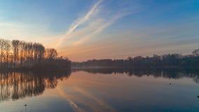 Nascer do sol nevoento sobre o lago fotografia de stock