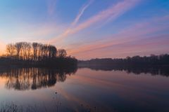 Nascer do sol nevoento sobre o lago foto de stock royalty free