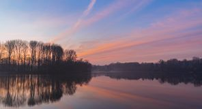 Nascer do sol nevoento sobre o lago imagens de stock royalty free