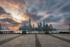 Nascer do sol nevoento sobre a passagem da barreira e a arquitetura da cidade de Shanghai foto de stock royalty free