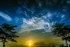Nascer do sol no céu azul imagem de stock royalty free