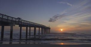 Nascer do sol no cais do St Augustine Beach, Florida Imagens de Stock